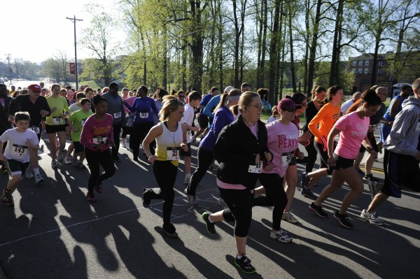 Members of the APSU community participate in the third annual Breast Caner Awareness 5k on Saturday, April 13. The race raised close to $3000 for the American Caner Society. Dalwin Cordova | Assiant New Editor